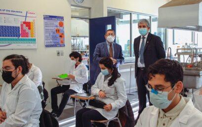 """Estudiantes valoran presencialidad en laboratorios de Facultad de Ciencias Químicas: """"Es gratificante"""""""